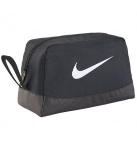 Neceser deportivo Nike Club Team de color negro para almacenaje de pequeños objetos. Puede funcionar de zapatillero.