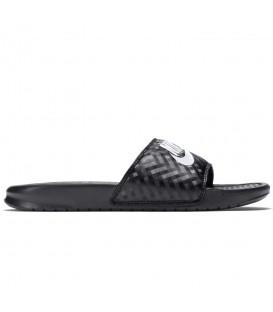 Chanclas de natación para mujer y hombre Nike Benassi de color negro con detalles al mejor precio en chemasport.es