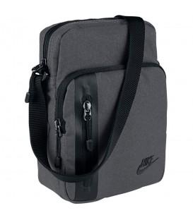 Bolso Nike Tech Small Items BA5268-021 en color gris, bolso para llevar pequeños objetos de la marca Nike, más colores disponibles en chemasport.es