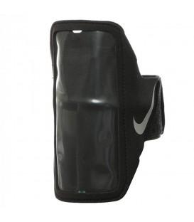 Brazalete Nike Lean N.RN.65.082.OS en color negro, se adapta a la gran mayoría de móviles y se ajusta perfectamente al brazo gracias a su correa de velcro.