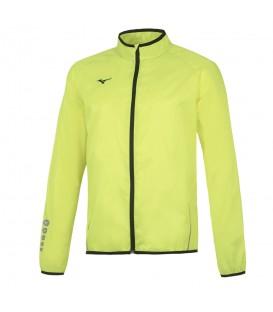 Chaqueta Mizuno Authentic Rain para hombre de color amarillo pensada para correr bajo la lluvia. Favorece la transpirabilidad y tiene un bolsillo trasdeero.