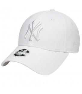 Gorra New Era 9Forty New York Yankees Essential 80581113 para mujer en color blanco, encuentra las gorras de moda en chemasport.es o ven a Chema Skeaners.