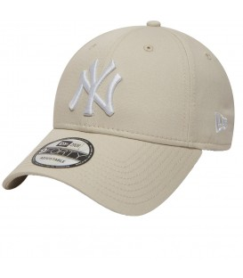 Gorra New Era 9Forty New York Yankees Essential 80580986 de color beis, esta gorra le aporta a tus looks un estilo deportivo y a la moda.