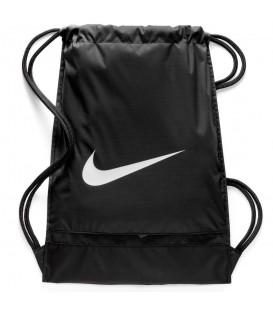 Saquito Nike Brasilia BA5338-010 en color negro, lleva tus cosas de forma cómoda y práctica con este cómodo saquito, tiene un bolsillo posterior con cremallera.