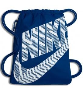 Saquito Nike Heritage BA5351-422 en color azul, confeciconado en tejido nylon 400D para ofrecer una gran durabilidad, cuenta con bolsillo lateral con cremallera