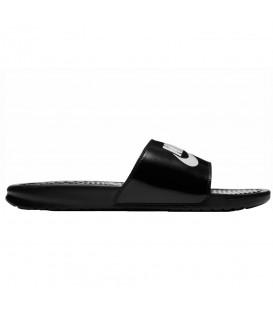 Chanclas unisex Nike Benassi 343880-015 de color negro y blanco, encuentra las chanclas de moda en chemasport.es al mejor precio, disponibles en varios colores.