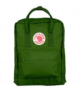 Comprar mochila Kanken Fjallraven mediana de color verde de rebajas. Otros colores de Kanken en chemasport.es