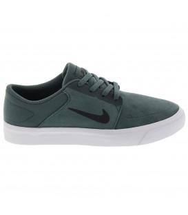 Las zapatillas Nike SB Portmore 725027 303 para hombre en color verde están confeccionadas en ante y proporcionan un cómodo ajuste