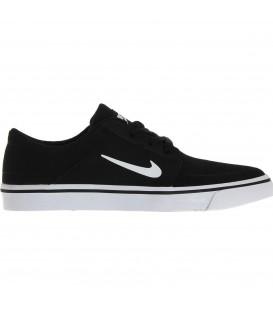 Las zapatillas Nike SB Portmore GS de color negro son unas zapatillas pensadas para la práctica de skate. Súbete al bowl y disfruta del máximo agarre y durabilidad
