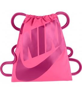 ¿Buscas un gymsack? Este saquito Nike Heritage es ideal por su color rosa y su logotipo estampado en acabados metálicos. Cómpralo al mejor precio en chemasport