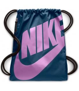 Saquito Nike Heritage Gymsack BA5351-444 en color azul y violeta, bolso tipo saco perfecto para llevar tus cosas cómodamente, disponible en chemasport.es