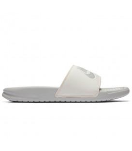 Chanclas de natación unisex Nike Benassi 343881-005 de color blanco con detalles para un diseño cómodo y chic. Otras chanclas de piscina en chemasport.es