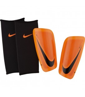 Espinilleras de fútbol Nike Mercurial Lite Shin Guard de color naranja. Protecciones para fútbol en tu tienda de deportes online chemasport.es