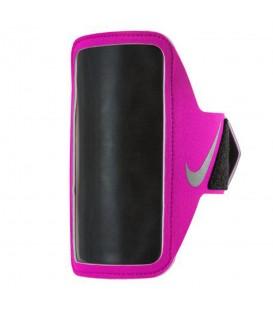 Brazalete Nike Lean N.RN.65.619.OS en color rosa, se ajusta perfectamente a tu brazo gracias a su correa con cierre de velcro, más colores en chemasport.es