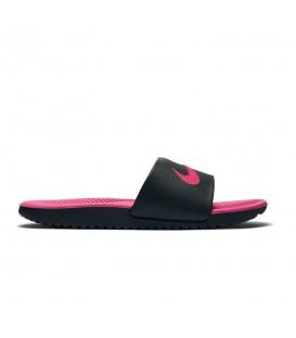 Chanclas de natación Nike Kawa GS 819353-001 de color negro y rosa al mejor precio en tu tienda de deportes chemasport.es