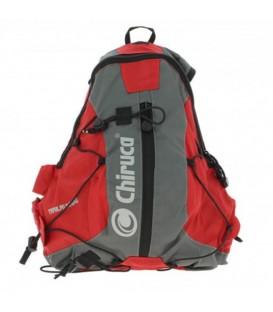 Mochila Chiruca 11L Trail 4598909 en color gris y rojo, mochila de trekking, trail o viajes, con diferentes bolsillos para mejor organización.