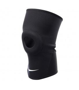 Rodillera Nike Pro Open Patella 2.0 N.MS.38.010 en color negro, cómoda rodillera de tejido elástico y transpirable para una máxima comodidad. Fácil de poner.
