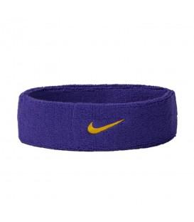 ¿Necesitas una cinta para jugar al tennis? La Cinta Nike Swoosh N.NN.07.512.OS en color violeta evitar que el sudor te entre en los ojos durante el juego.