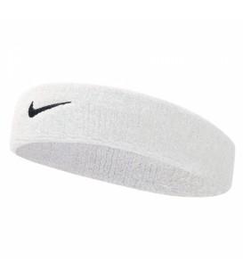 Cinta Nike Swoosh N.NN.07.101.OS en color blanco, evita que te entre el sudor en los ojos mientras practicas deporte, disponible en chemasport.es