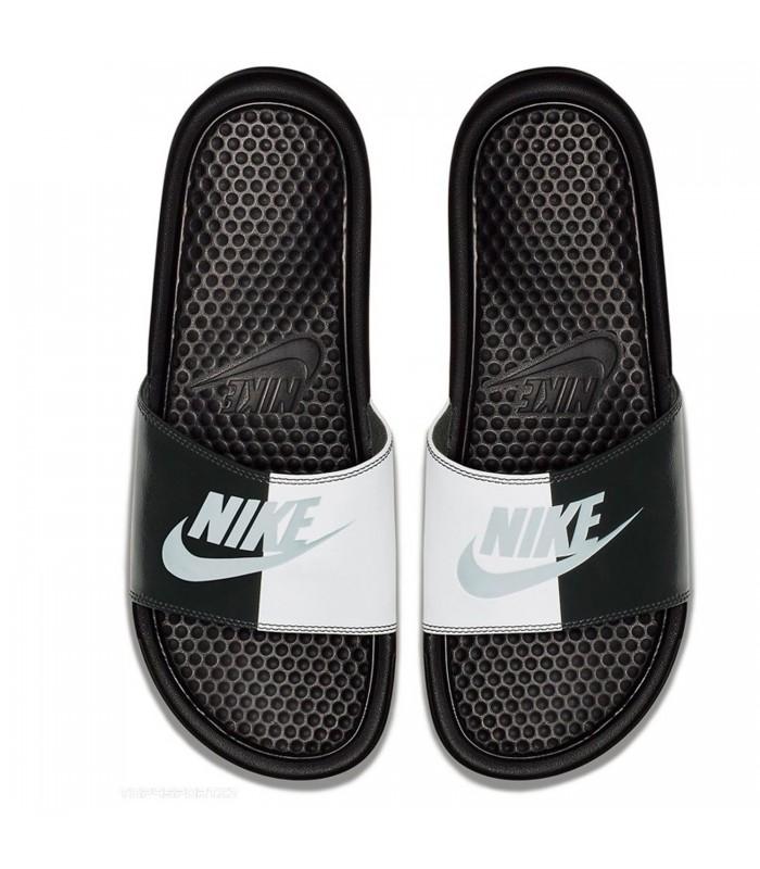 89d98b9f5 Chanclas unisex Nike Benassi de color negro y blanco