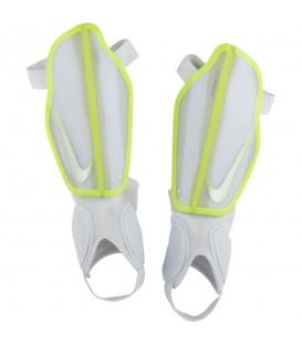 Espinilleras Nike Protegga Flex SP0313-101 en color blanco, espinilleras con EVA moldeada que ofrecen un gran ajuste y protección, más modelos en chemasport.es