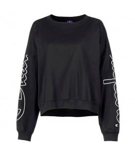 Sudadera para mujer champion crewneck 111234-KK001 de color negro con nombre de la marca en las mangas al mejor precio en chemasport.es