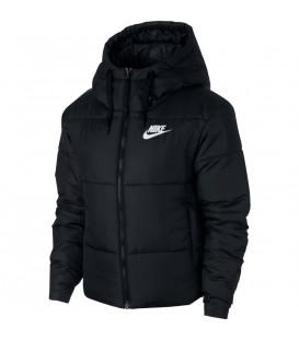 Chaqueta para mujer Nike SYN Fill 939360-010 de color negro al mejor precio en tu tienda de deportes en chemasport.es