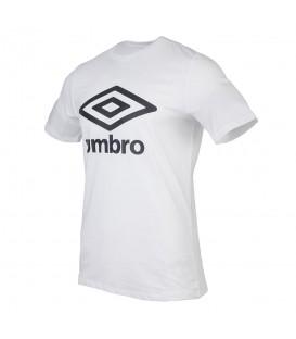 Camiseta unisex Umbro 65352U de color blanco para hombre y mujer con corte holgado y logo de Umbro estampado en chemasport.es