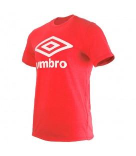 Esta camiseta de Umbro con el logo estampado en la parte frontal es de color rojo con un diseño unisex para hombre y mujer al mejor precio en chemasport.es