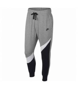 Este pantalón para hombre es el modelo Nike Sportswear Swoosh AR3086-011 en color gris al mejor precio en chemasport.es