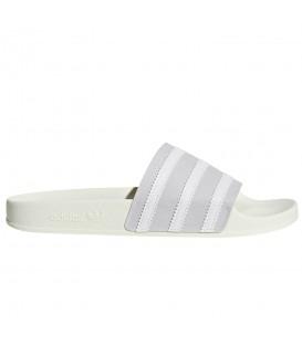Comprar chanclas de natación adidas Adilette CG6435 de color blanco y plata al mejor precio en chemasport.es