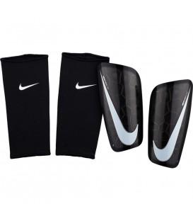 Comprar espinilleras de fútbol Nike Mercurial Lite SP2120-010 de color negro al mejor precio en tu tienda de deportes online en chemasport.es