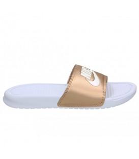 Chanclas para mujer Nike Benassi 343881-108 de color blanco y dorado al mejor precio en tu tienda de deportes online chemasport.es