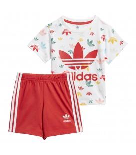 Conjunto para niños de adidas con pantalón corto y camiseta estampada con el trébol de adidas en tu tienda de moda online Chema Sneakers.