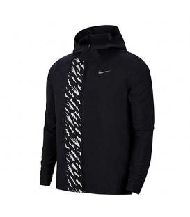 Chaqueta con cremallera Nike Essential de color negro y detalles reflectantes al mejor precio en tu tienda de deportes online chemasport.es