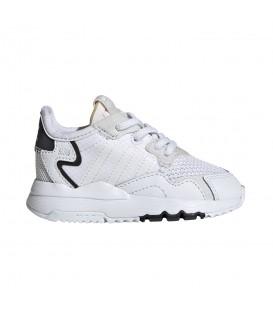 zapatillas adidas nite jogger para niño en color blanco con cierre de cordón elástico