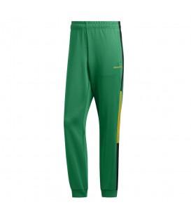 pantalón adidas classics para hombre en color verde con bandas laterales adidas en color amarillo en la tienda online chemasport.es