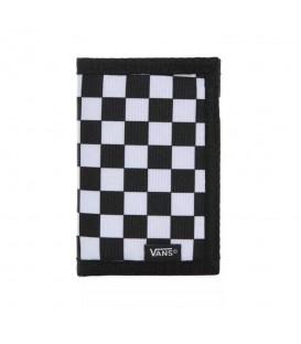 Cartera confeccionada en textil con el clásico diseño de cuadros blancos y negros. Diseño unisex, cuenta con multitud de compartimentos para tarjetas y billetes