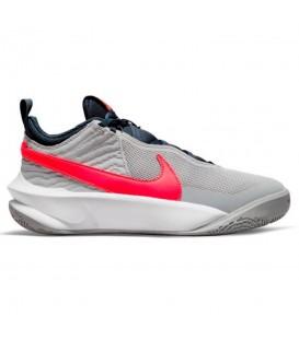 Zapatillas Nike Team Hustle D10 para mujer en color gris disponible al mejor precio en tu tienda online de moda y deportes www.chemasport.es