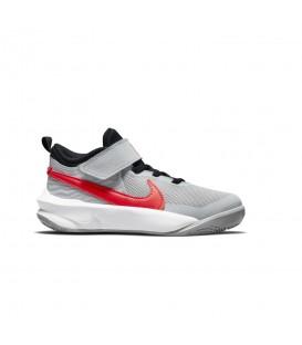 Zapatillas Nike Team Hustle D10 para niño en color gris disponible al mejor precio en tu tienda online de moda y deportes www.chemasport.es