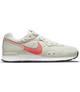 Zapatillas para mujer Nike Venture Runner en color beis disponible al mejor precio en tu tienda online de moda sportwear www.chemasport.es