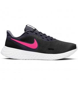 Zapatilla Nike Revolution 5 para mujer en color negro rosa para running disponible en otros colores